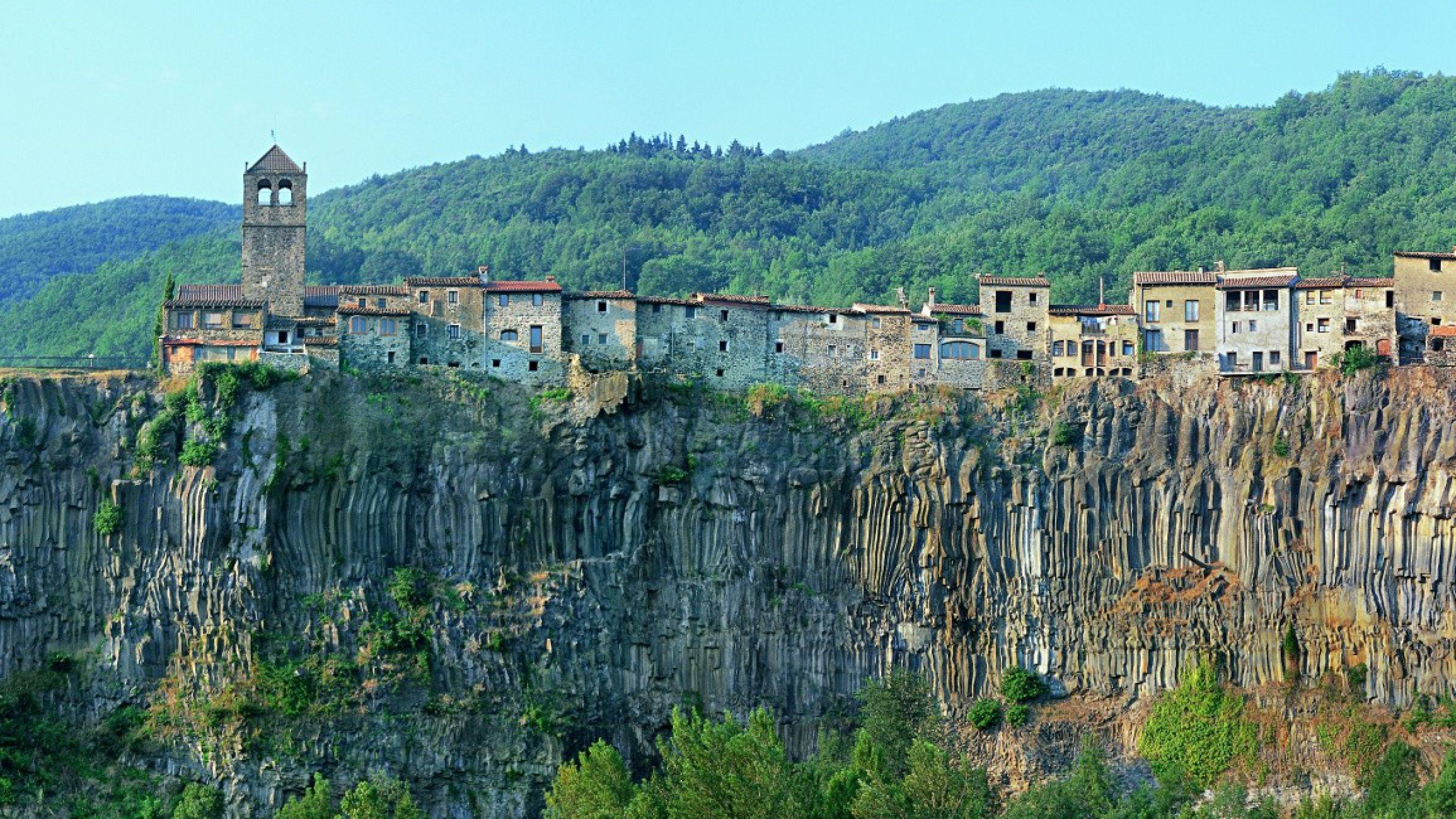 Curiosos pueblos de España situados en lugares sorprendentes Panoramica-cinglera-castellfollit_001